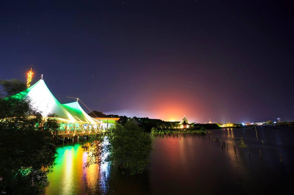BeeJay Bakau Resort di Malam Hari