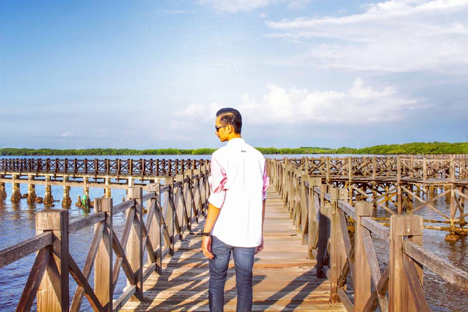 Jembatan Kayu Menuju Gazebo di Pantai Bentar