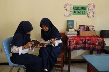 Para murid antusias membaca di perpustakaan mini | Foto: Tanoto Foundation