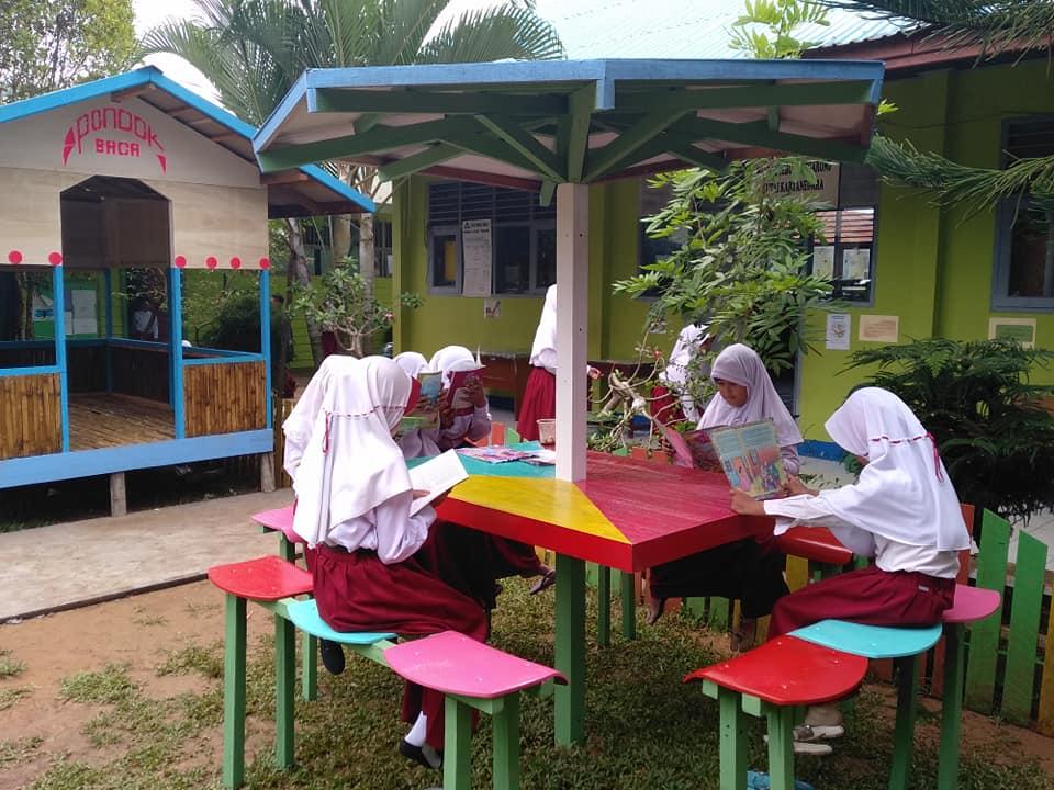 Anak-anak senang membaca di pondok baca | Foto: Tanoto Foundation