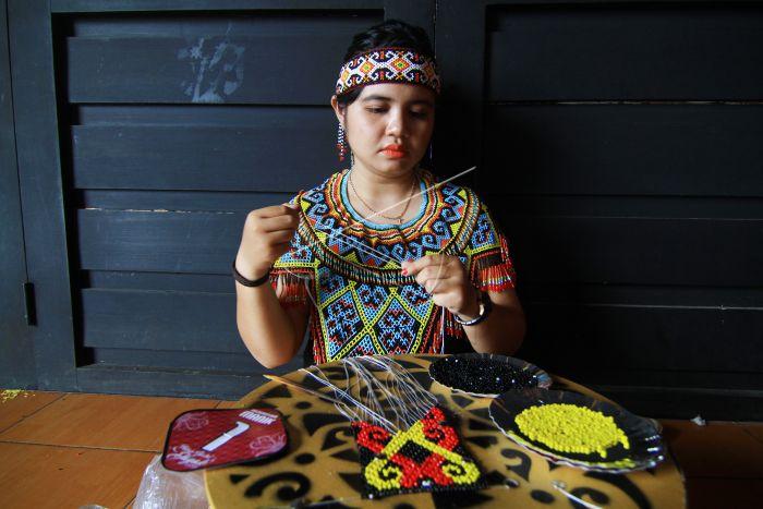 Suku Dayak membuat manik-manik   Foto: HS Putra/Antara Foto