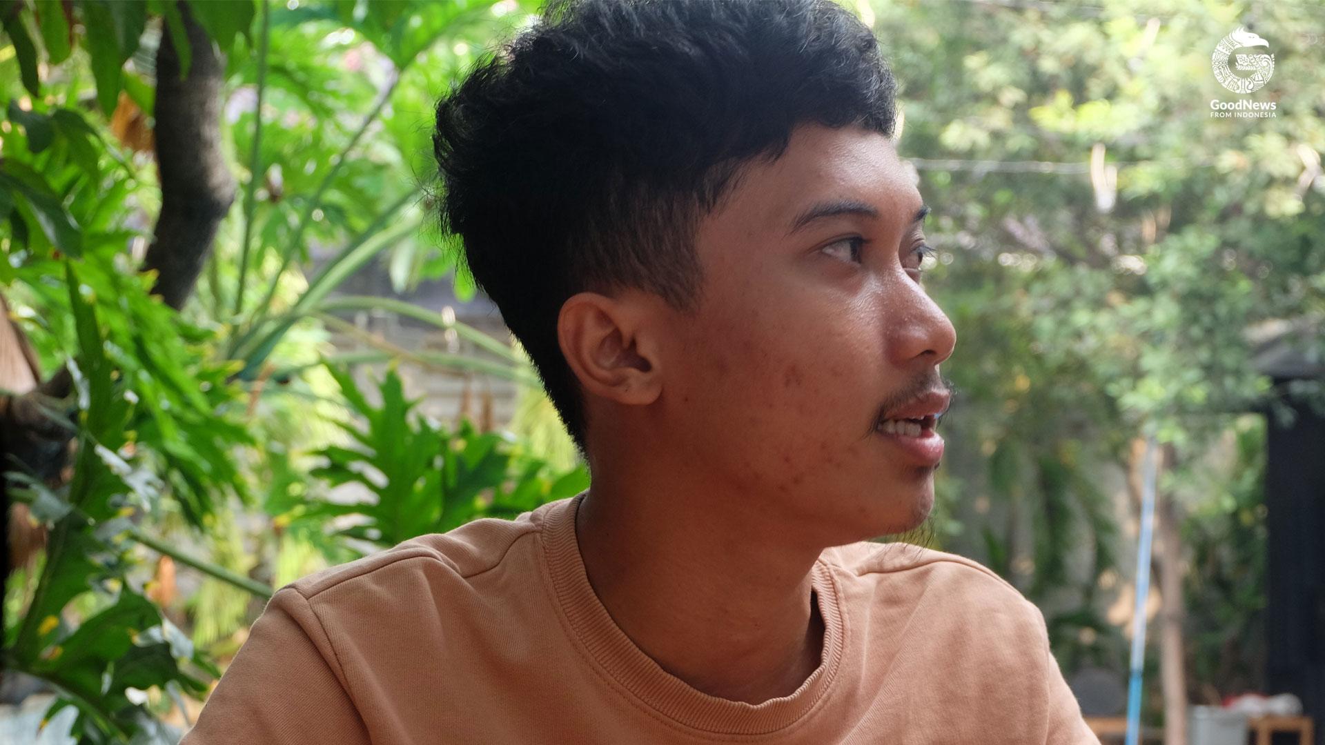 Nurfadli menceritakan proses kerjanya di tempat produksi Tahilalats di kawasan Jakarta Selatan | Foto: Aditya Jaya Iswara/GNFI