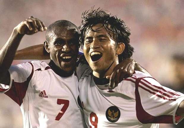 Duet Boaz Solossa dan Ilham Jayakesuma yang fenomenal di Piala Tiger 2004   Foto: Goal.com