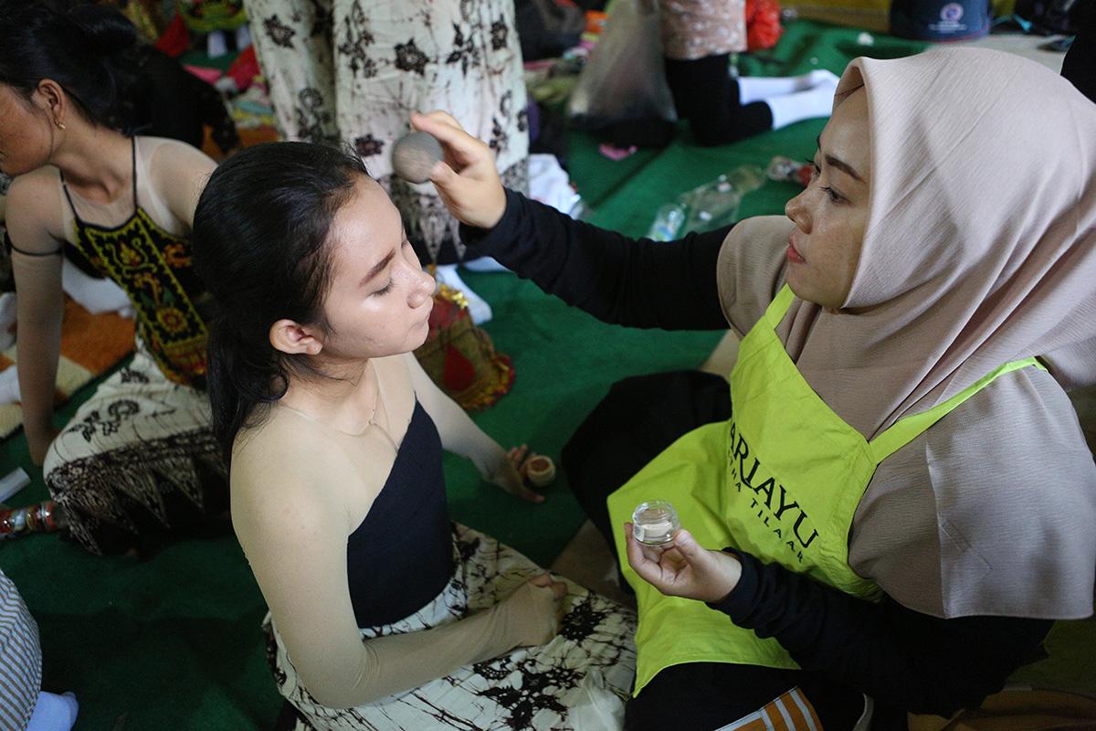 Penari Gandrung Sewu mendapat dukungan tata rias dari Sariayu | Foto: Martha Tilaar