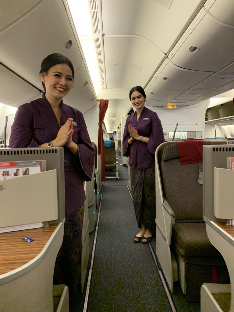 Kain tenun berwarna ungu untuk awak kabin perempuan | Foto: Garuda Indonesia