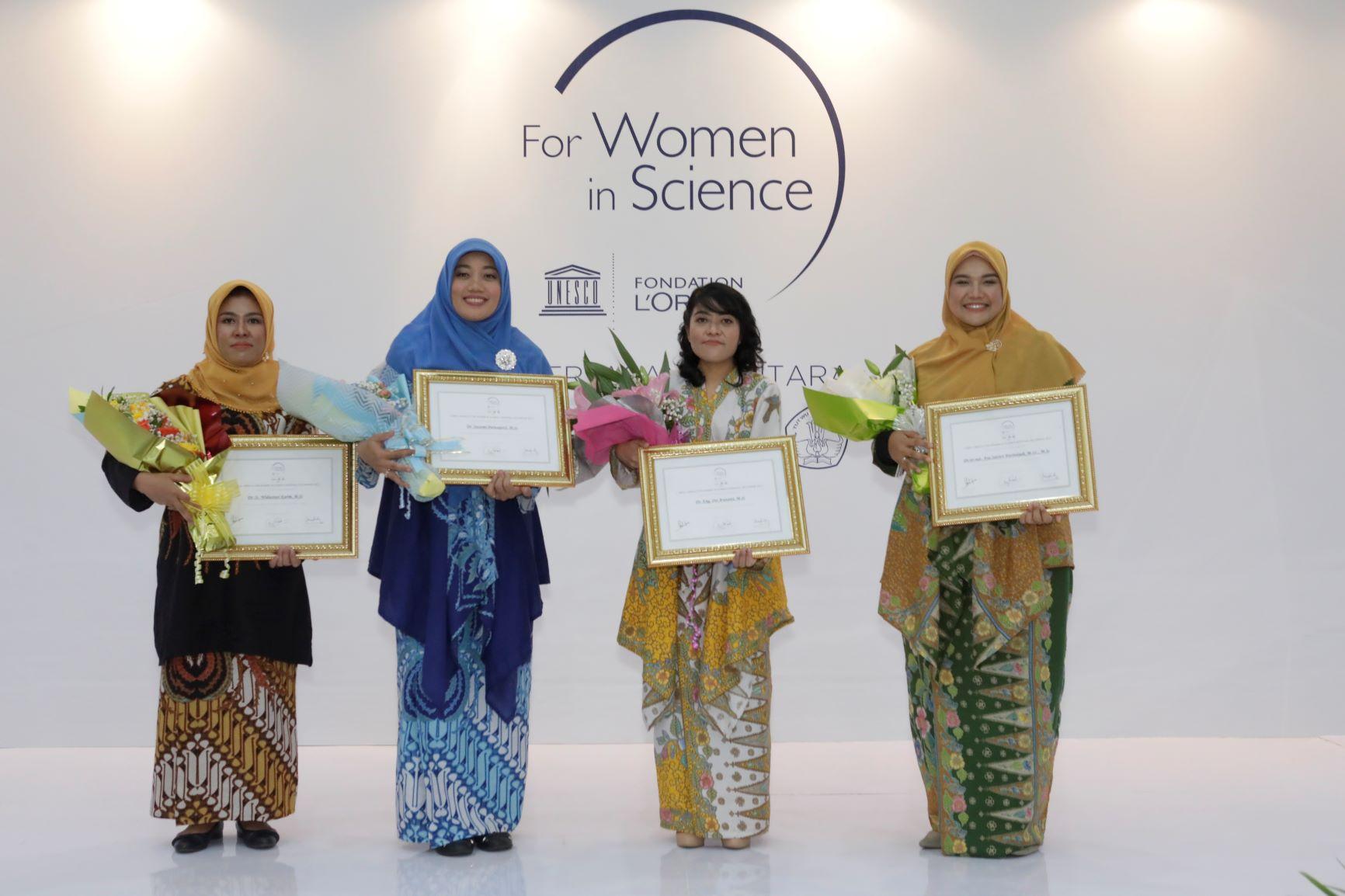 Dr. Swasmi Purwajanti, M.Sc. (dua dari kiri) | Foto: L'Oreal Indonesia