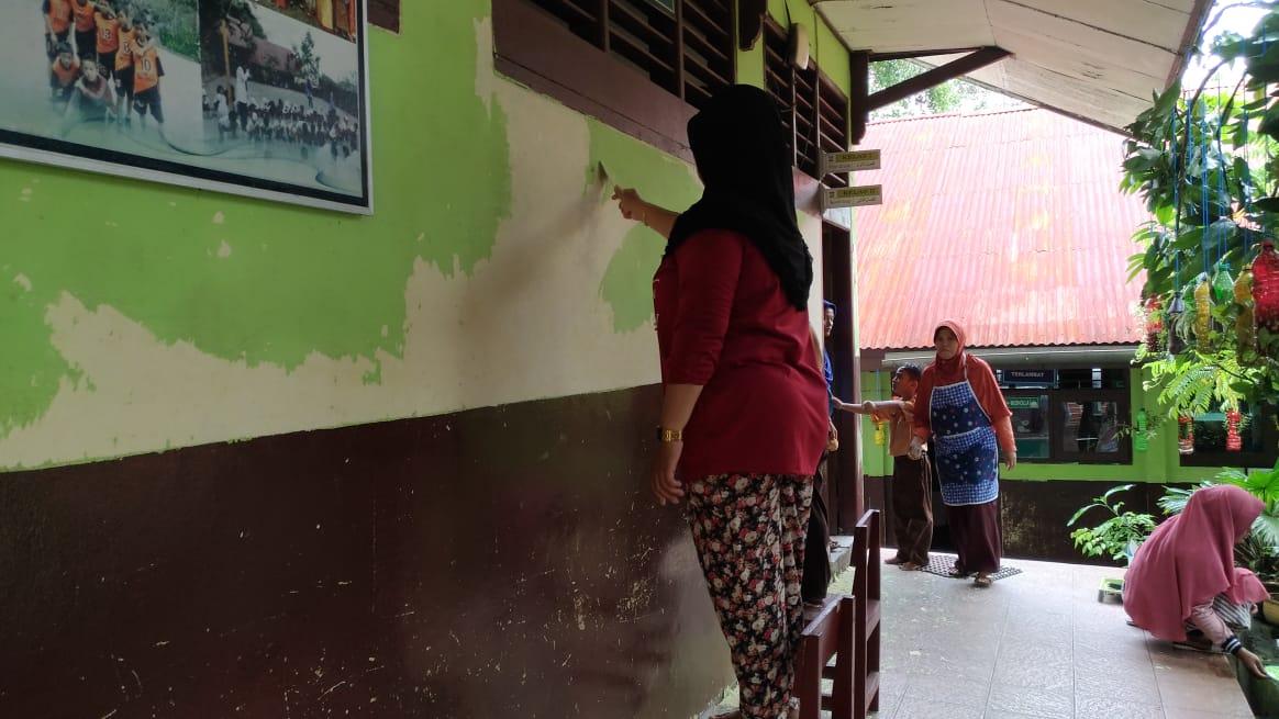 Orangtua murid berpartisipasi dalam Lomba Bedah Kelas   Foto: Tanoto Foundation