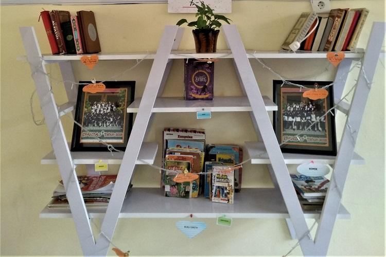 Rak buku di perpustakaan mini SMPN 1 Balikpapan | Foto: Tanoto Foundation