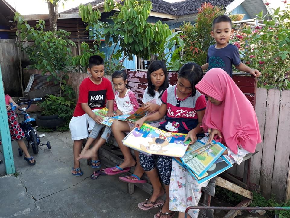 Anak-anak sangat antusias membaca buku yang tersedia di Gerobak Literasi   Foto: Tanoto Foundation