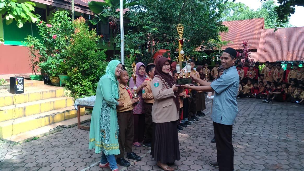Penyerahan piala bergilir Lomba Bedah Kelas   Foto: Tanoto Foundation
