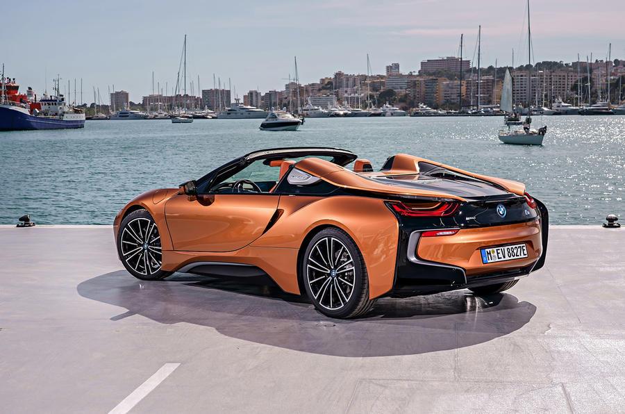 BMW i8 Roadster tampak belakang   Foto: autocar
