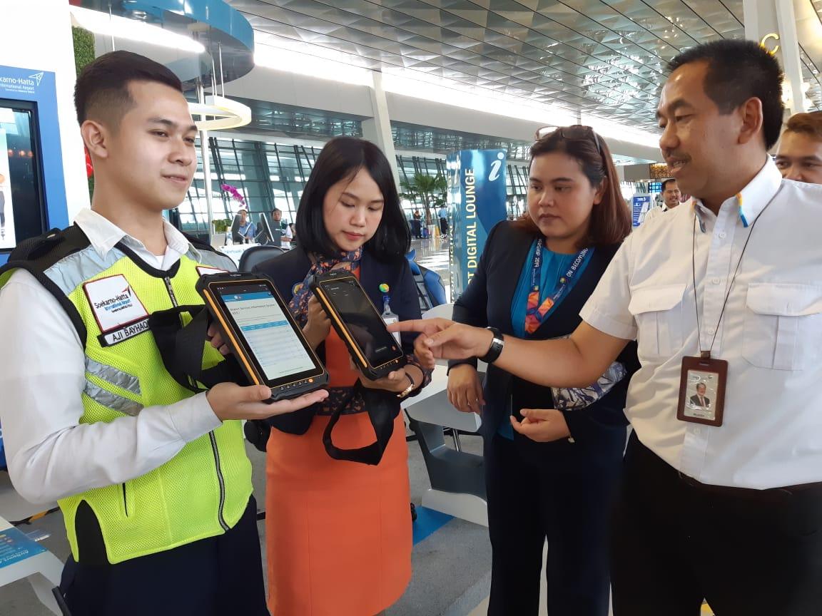 Kinerja para petugas bandara akan terbantu dengan adanya tablet canggih | Foto: Angkasa Pura II