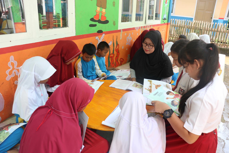 Siswa-siswi sangat antusias membaca di Teras Baca | Foto: Tanoto Foundation