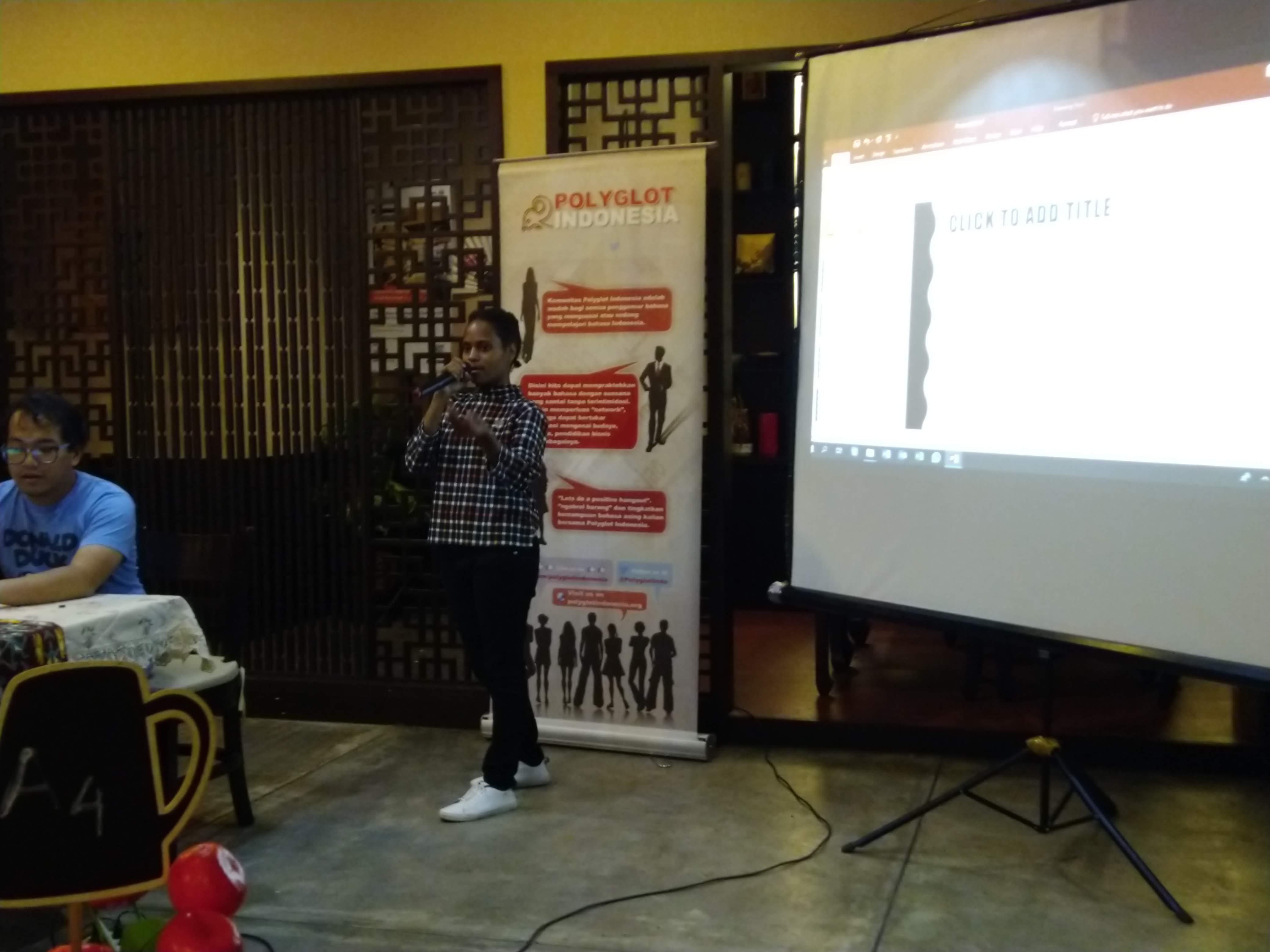 Naomi saat memperkenalkan bahasa Nggalik pada para peserta | Foto: Aditya Jaya/GNFI