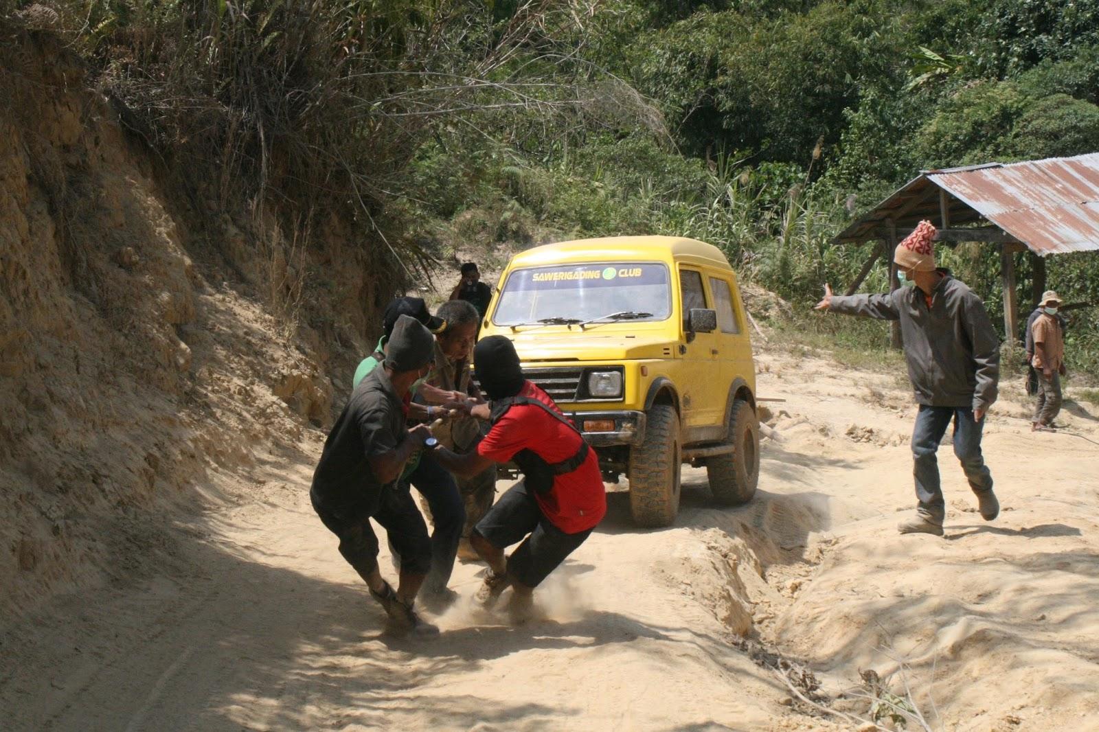 Mobil pun perlu ditarik dengan tenaga orang | Foto: Debbi Sutrisno