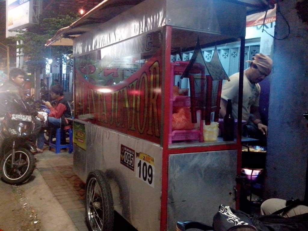 Nasi goreng Padang di perempatan ITN Malang | Foto: Estuarey