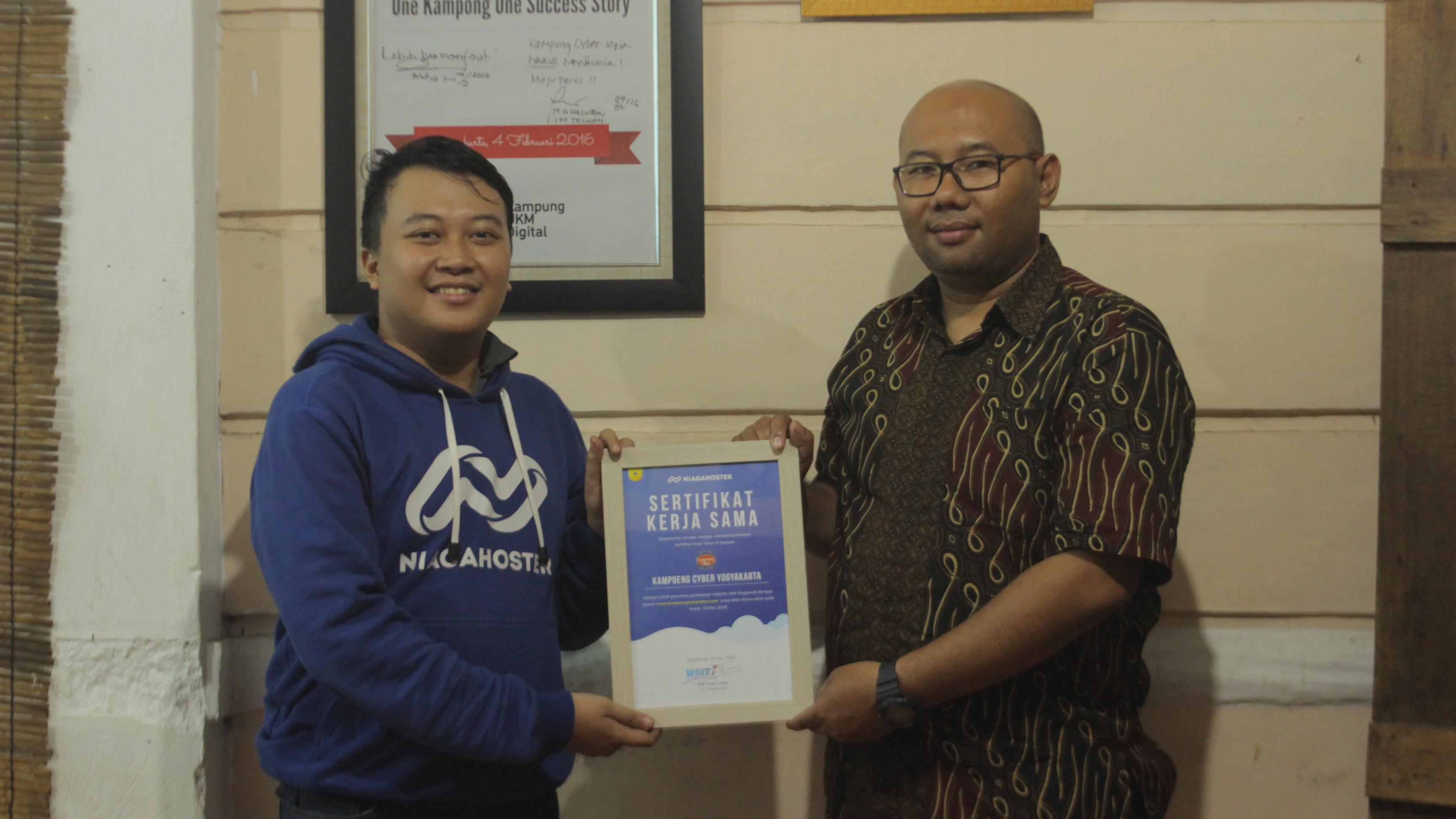 Penyerahan sertifikat kerja sama dari Niaga Hoster ke Kampoeng Cyber | Foto: Niaga Hoster