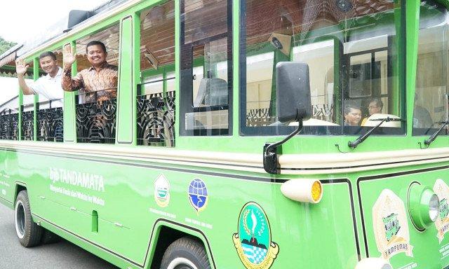 Bupati dan Wakil Bupati Sumedang berfoto di bus Tampomas | Foto: PRFMNEWS