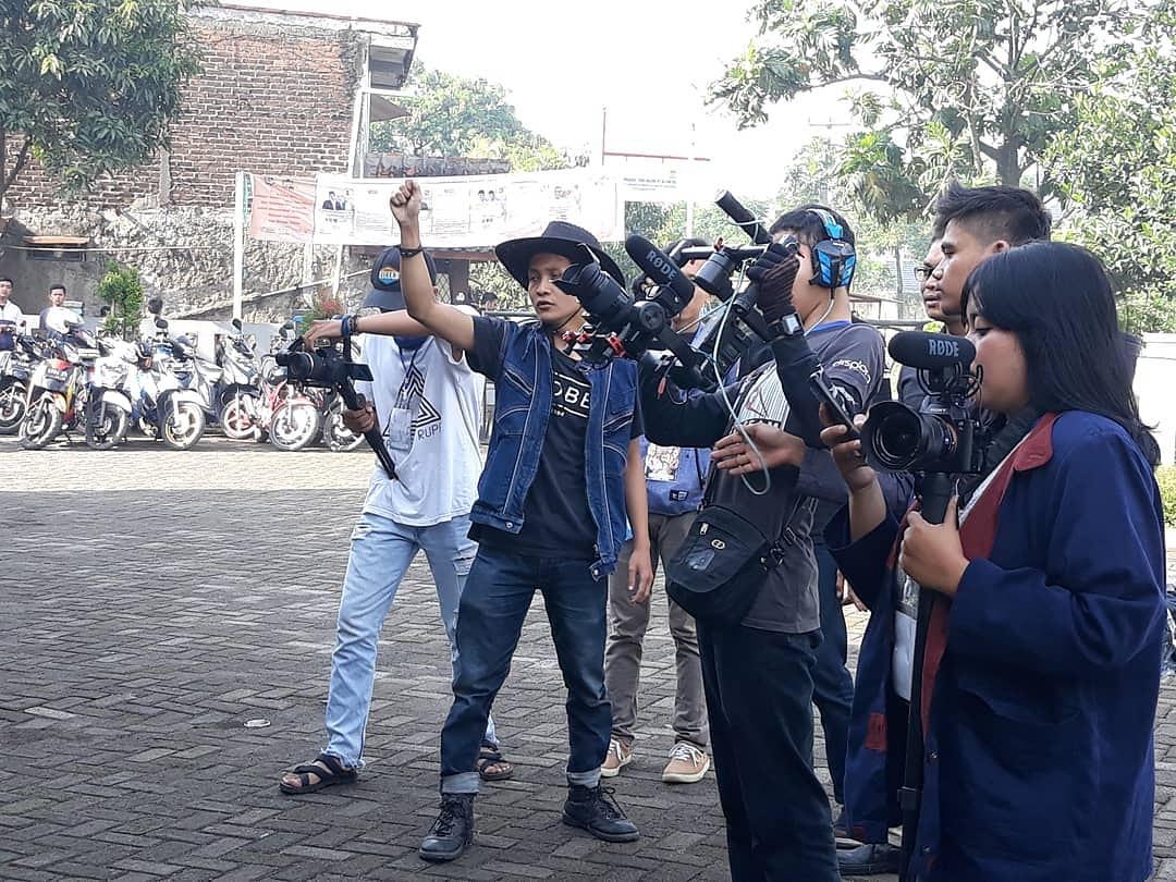 Kang Gugum (dua dari kiri) sewaktu shooting film Wayang | Dok. Gugum SA