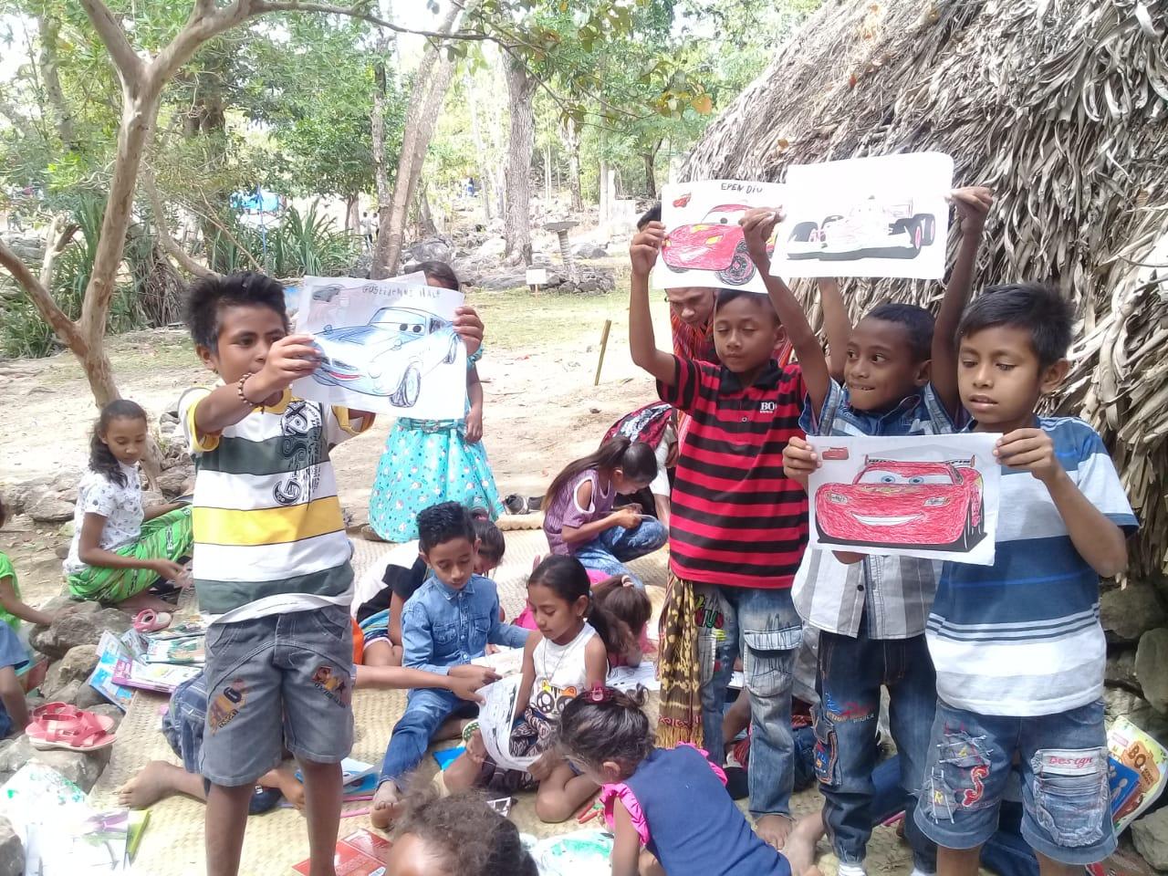 Keceriaan anak-anak mendapatkan buku yang dibawa Zelia | Foto: Dok. PNS Inspiratif 2018