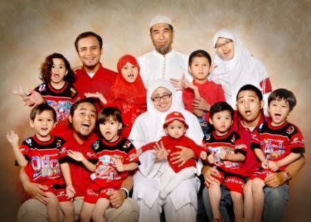 Endang Yuli beserta suami dan anak-anaknya | Foto: Kementerian PANRB