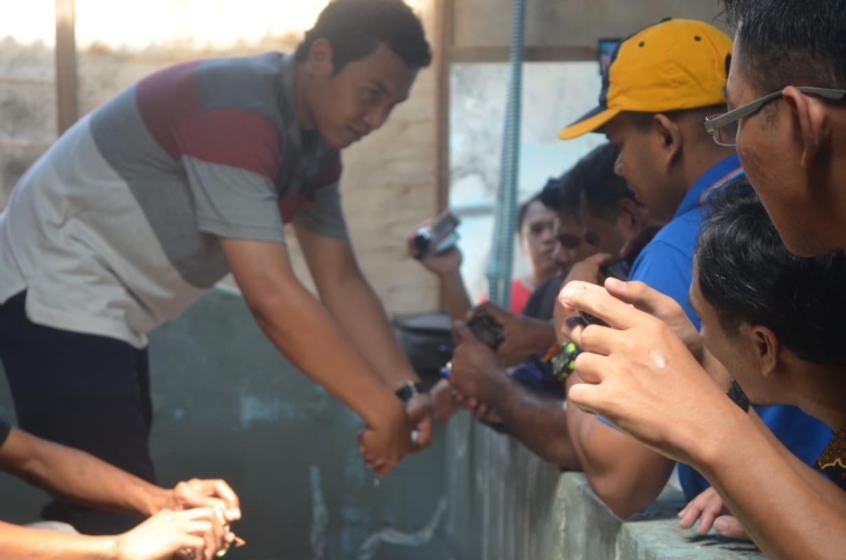 Eddy Nurcahyono (kiri) bersama para petambak rajungan dan kepiting bakau   Foto: Kementerian PANRB