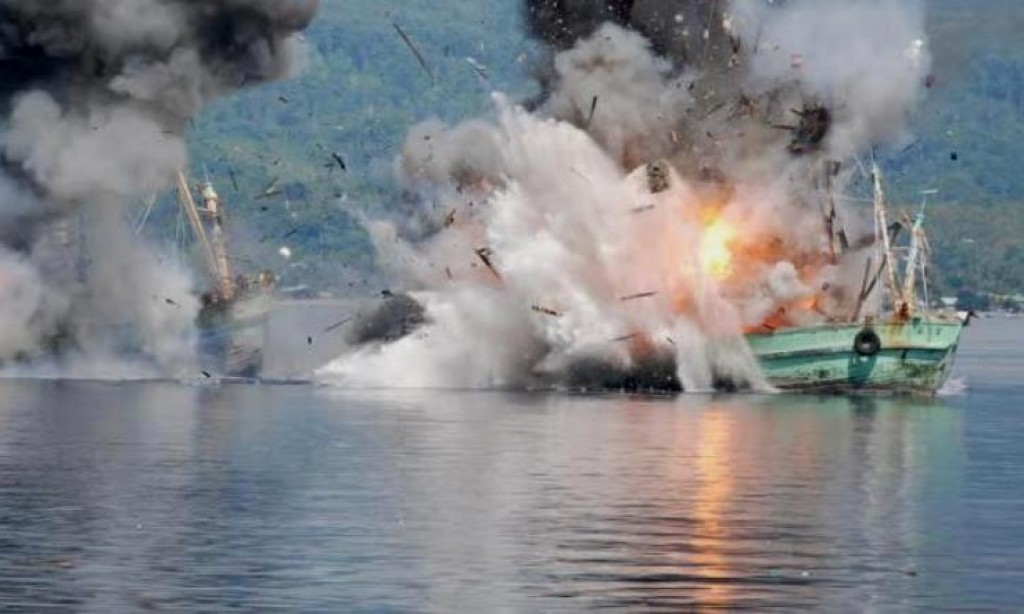 A ship destroyed after get caught for illegal fishing (source : Harapan Rakyat Online)