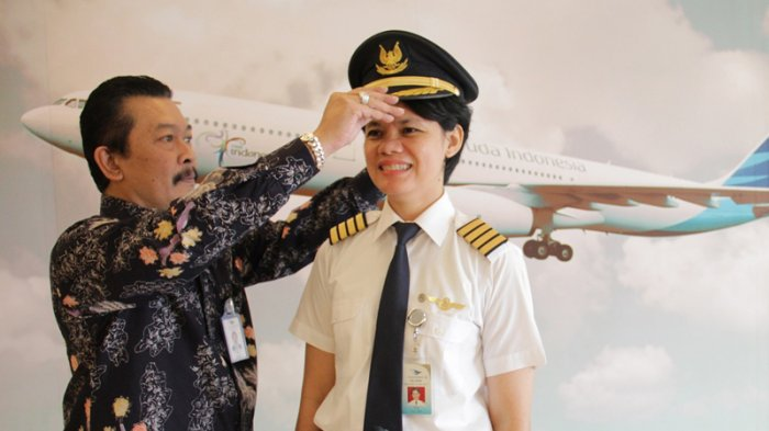 Direktur Operasi Garuda Indonesia, Capt Novianto Herupratomo saat menyematkan Ida Fiqriah menjadi kapten pilot wanita (Sumber : Tribunnews.com)