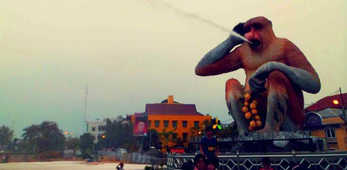 Patung Bekantan mengucurkan air (sumber : Jaringan Kota Pusaka Indonesia)