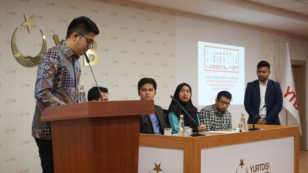 Farhan Kurnia Mayendri memberi pidato tentang ASEAN