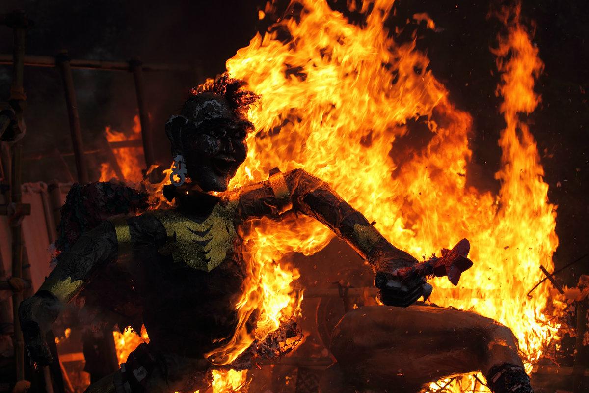 Prosesi pembakaran ogoh-ogoh (sumber : Wego Indonesia)