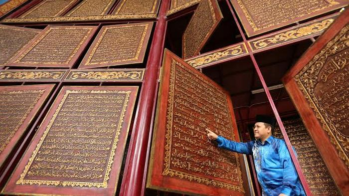 Salah sisi pahatan Al-Qur'an raksasa dari Palembang (sumber : Tribunnews.com)