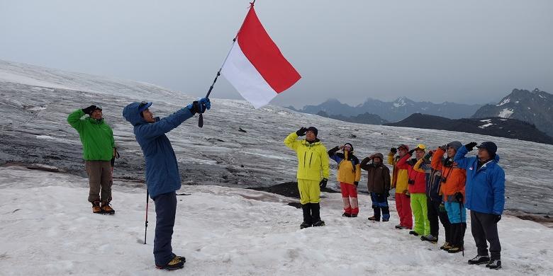 Merah putih di gunung Elbrus, Rusia ( Sumber : Travel Kompas)