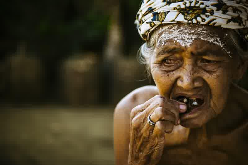 Seorang nenek sedang melakukan nginang (sumber : Sisi Positif - blogger)