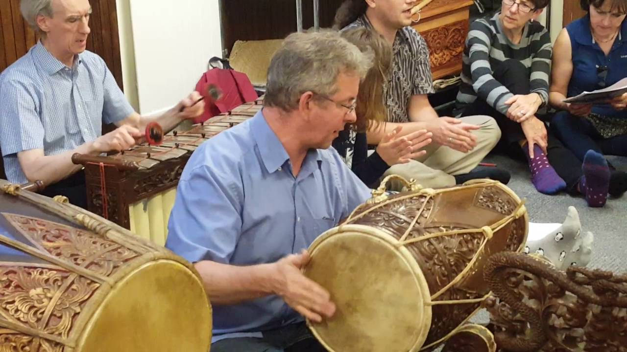 Memimpin Gamelan di Oxford (Sumber : Youtube account irisandlime)