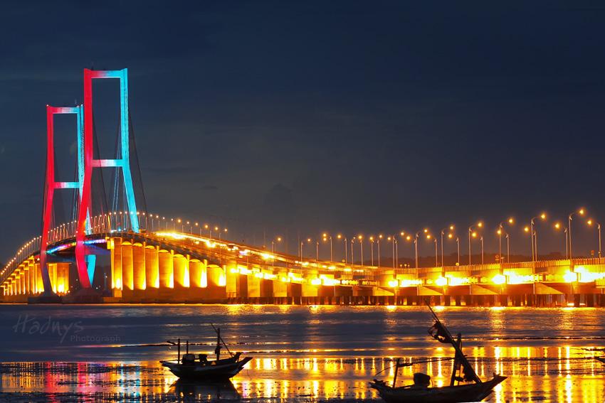 Jembatan Suramadu pada malam hari (Sumber : Nettix)