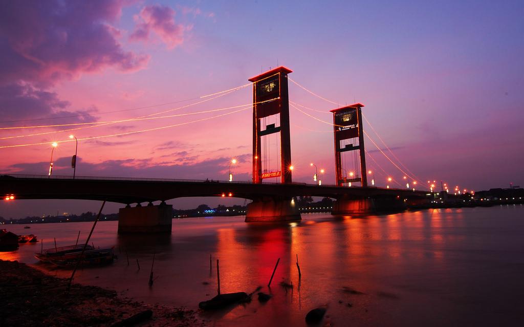 Jembatan Ampera (Sumber : Travel Grivy)