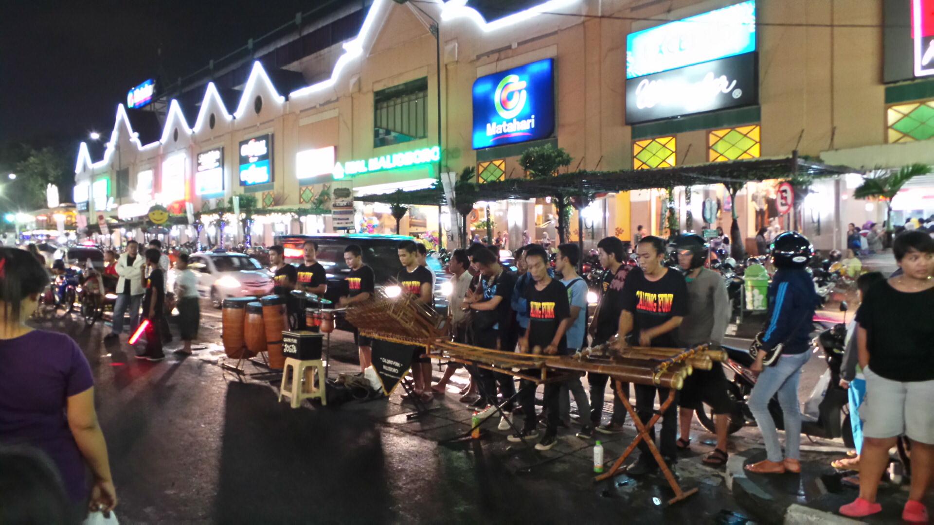 Musik jalanan yang menemani malam di Malioboro (sumber : Aneka Tempat Wisata)