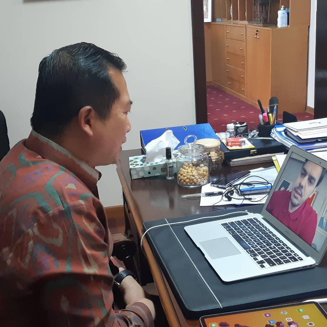 Dubes Lalu berbicara dengan Presiden YTB (sumber : Instagram Lalu M. Iqbal)