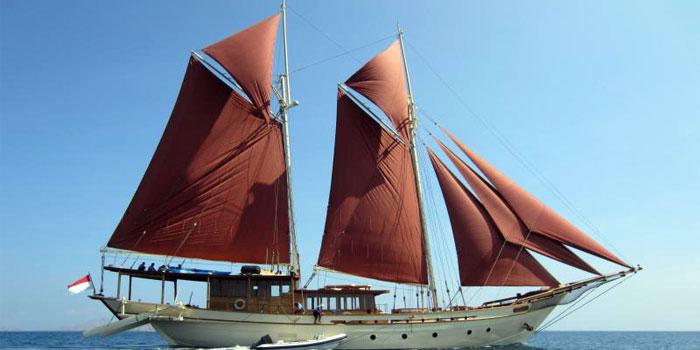 Kapal Pinisi Melaut (Sumber : Sari Waran)