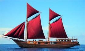 Kapal Pinis Berlayar Merah (Sumber : Tribun Timur)
