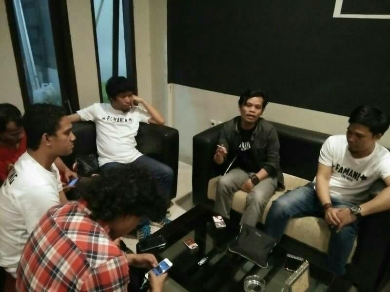 Produser Eksekutif 'Pamanca The Movie', Muhammad Basir alias Den Raffy, saat berbincang dengan sejumlah jurnalis di Kafe Labobar, Jl Toddopuli Makassar,