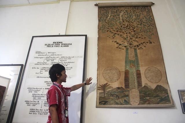 Galih, Edukator Museum Puro Pakualaman, jelaskan silsilah Ki Hadjar Dewantara. © Adriani Zulivan/GNFI
