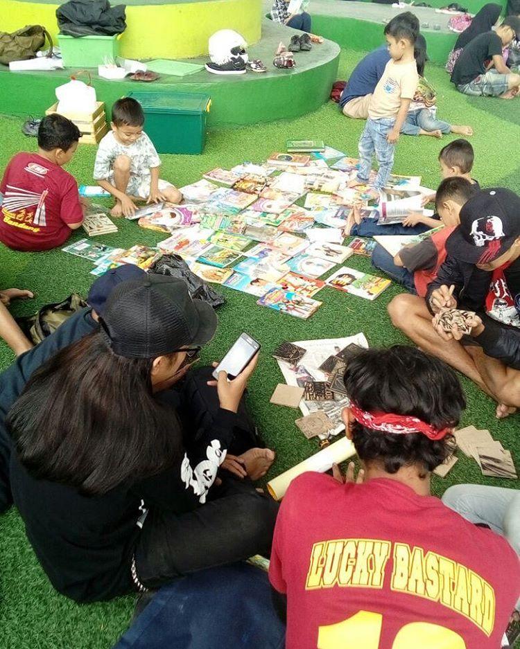 Agenda bersama komunitas Perpustakaan Keliling Bandung, adakan pelatihan cukil kayu. © Pusing Deprok
