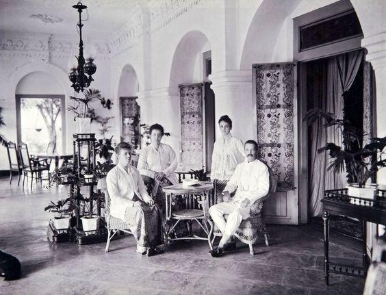 Perempuan Belanda di Hindia Belanda mengenakan kebaya. © Tropen Museum