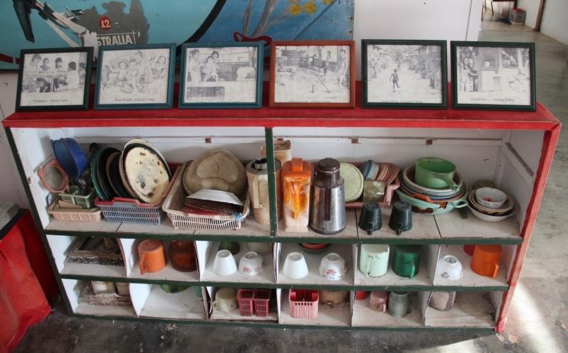 Peralatan dapur dan berbagai foto dipajang dalam museum di Kampung Vietnam Pulau Galang, Batam © Adriani Zulivan