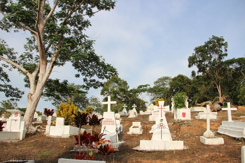 Pemakaman bagi warga pengungsi di Kampung Vietnam Pulau Galang, Batam © Adriani Zulivan