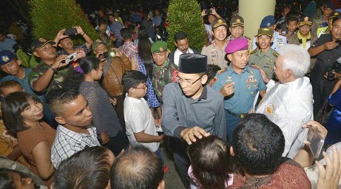 Gubernur NTB Zainul Majdi (mengenakan kopiah) kunjungi gereja untuk memantau pengamanan Natal. © Lombok Online