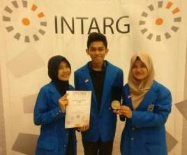 Tiga mahasiswa yang mewakili UII di INTARG. © ppipolandia.org