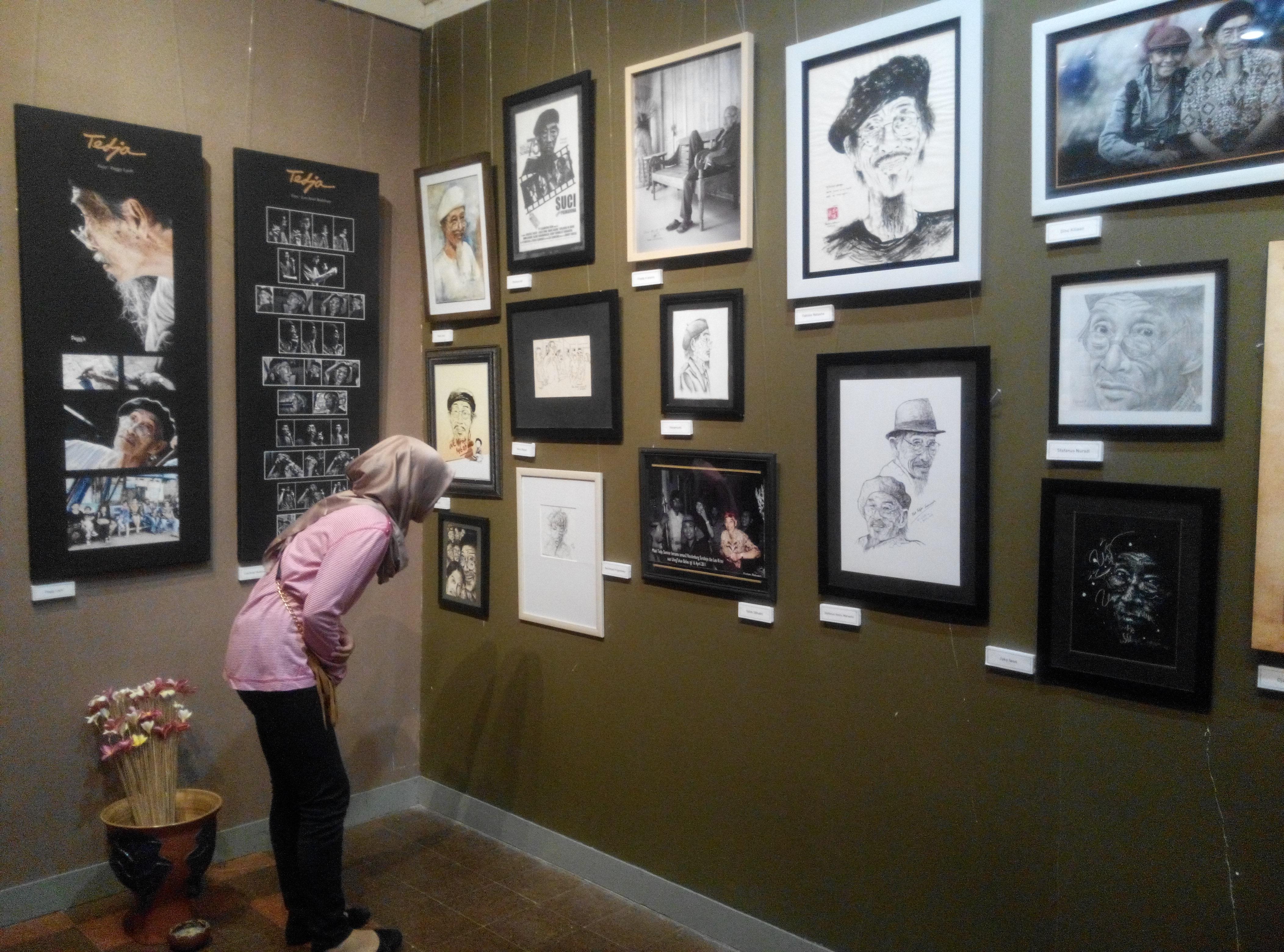 Pengunjung menikmati berbagai lukisan di galeri DSK, Balai Pemuda